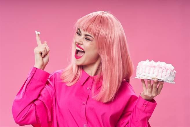1名高雄粉領女穿著上帝視角服飾參加公司KTV慶生會,卻慘遭老不修主管拿奶油塗胸狂揉。(示意圖/達志影像)