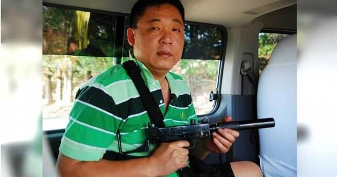 菲律賓南部地區十分混亂,麥斯隨身攜帶可裝滅音器的超輕巧烏茲衝鋒槍作用保身之用。(圖/讀者提供)