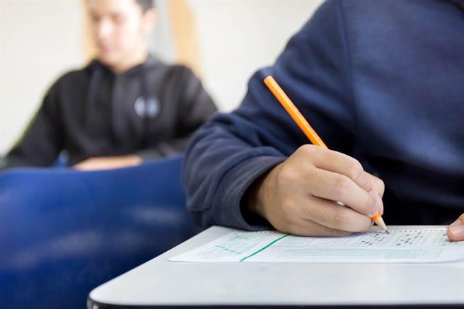 關姓教師因勸導學生上課態度,事後遭投訴,變相被學校逼退,令他相當心寒。(圖/示意圖,與當事人無關,達志影像)