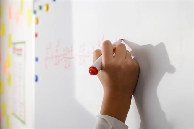 兒子國一的數學題好難,讓許多網友看完超崩潰,也釣出隱藏高手曝解答,免驚,只是考觀念。(示意圖/Shutterstock)