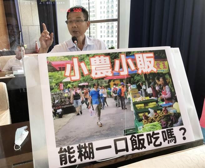 市議員陳清龍今天為小農、小販請命,爭取糊一口飯的生存權。(陳世宗攝)
