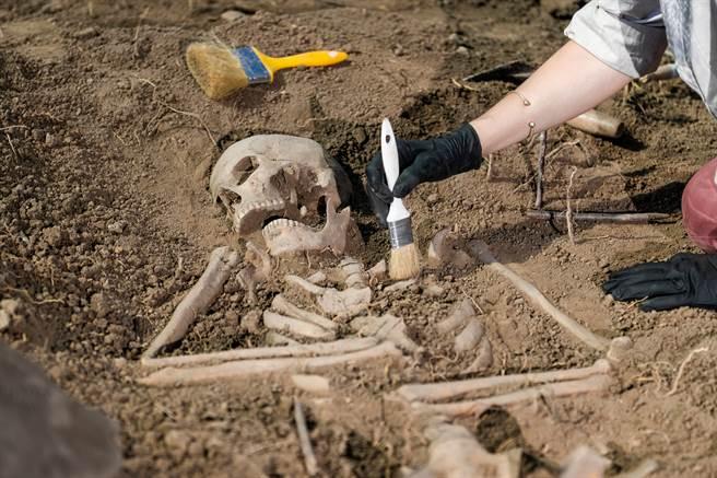 4000年古墓出土驚見活人殉葬 臉部慘遭刀砍手段超殘忍(示意圖/達志影像)