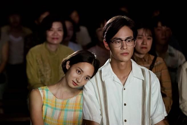 夏騰宏(右)與韓寧(左)拍攝約會戲時兩人全「濕身」。(公視提供)