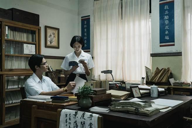 夏騰宏(左)與韓寧(右)在影集中分別飾演張老師與方學姊。(公視提供)