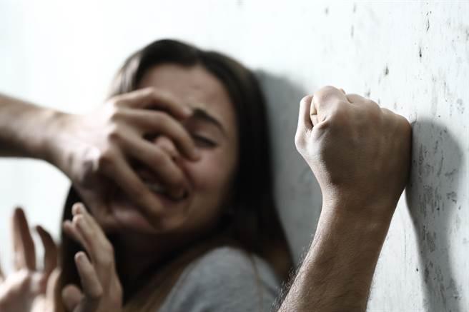 曾因走私大麻遭判刑的美籍男子Corey David,又因毆打女友,被依傷害罪判刑7個月。(示意圖,達志影像/shutterstock)