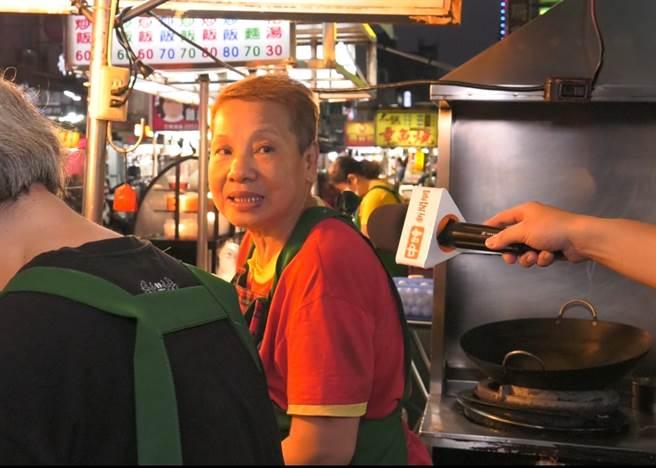 在地經營60年小吃店老闆娘表示,生意少了一半,擔心也要撐下去。(照片/游定剛 拍攝)