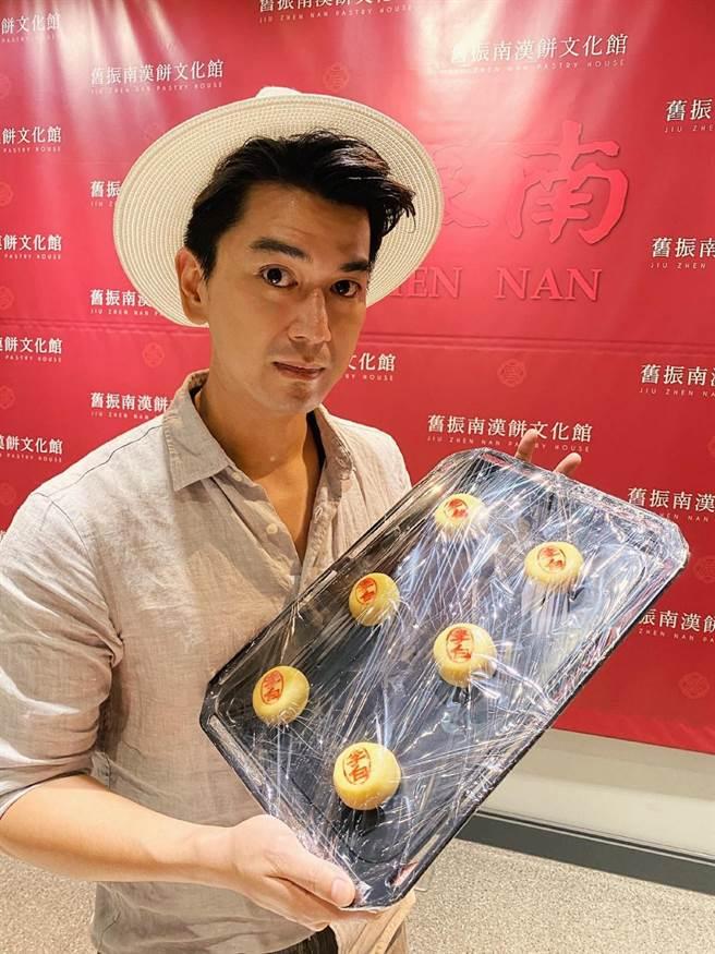 潘逸安对喜饼成品颇为满意。(艾迪升传播提供)