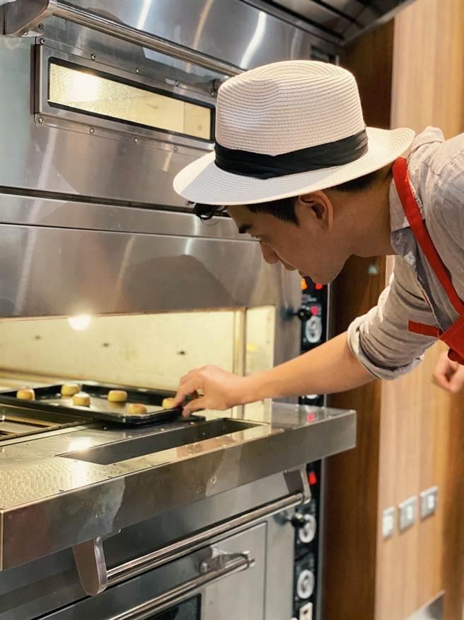 潘逸安亲手试做婚宴用的喜饼。(艾迪升传播提供)