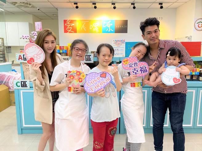 潘逸安(右)抱着女儿米估和老婆Vivian(左)一同参访憨儿烘焙坊。(艾迪升传播提供)