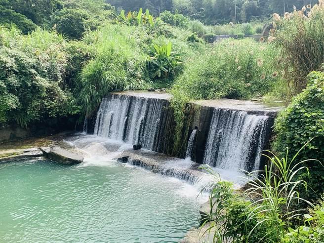 溪部好呆庄面臨清澈溪流,還有瀑布流泉。(廖志晃攝)