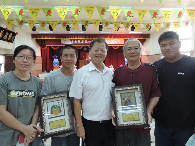 黃河宗(右二)昨日獲贈朴子市農會特殊貢獻獎,兒子黃柏驊(左二)、孫子黃義翔(右一)也至現場。(張毓翎攝)