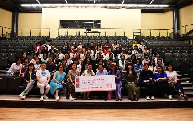 西窗藝術讀書會成員參訪台東均一學校,並捐款100萬元助學。(莊哲權攝)
