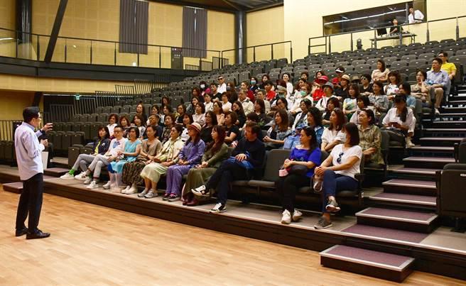 西窗藝術讀書會成員參訪台東均一學校,董事長嚴長壽分享台東點滴。(莊哲權攝)