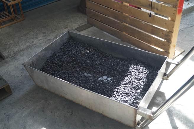 台南官田國小師生體驗菱殼炭製作過程。(台南官田國小提供/劉秀芬台南傳真)