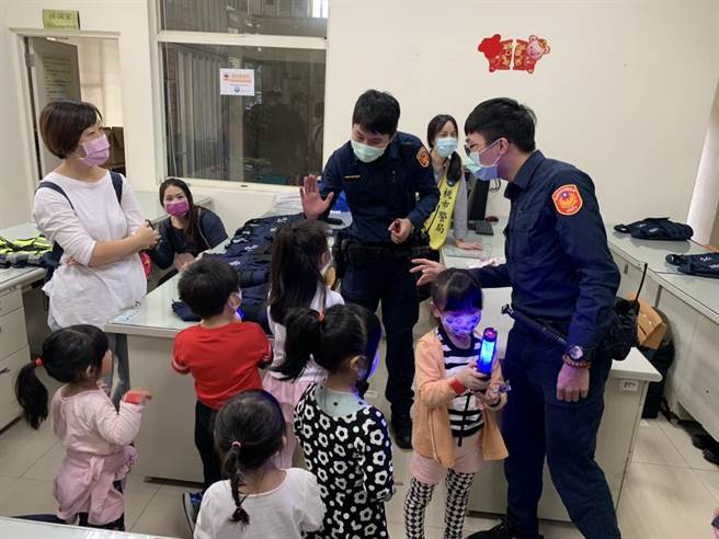 為讓親子親近警方,桃園市龜山警分局20日有親子團參訪大埔派出所。(警方提供/賴佑維桃園傳真)