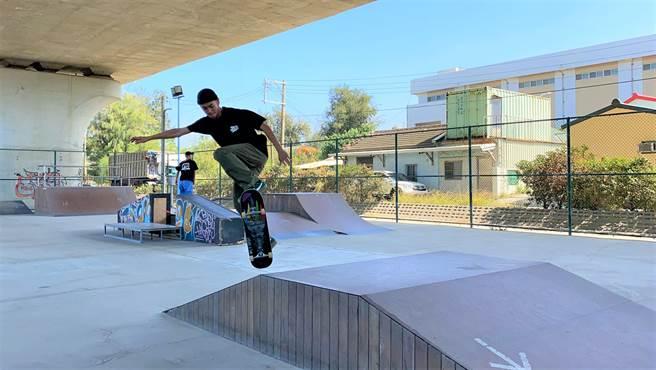 滑板運動正式納入2021年奧運新項目,讓街頭文化躍上國際舞台,吸引更多家長願意栽培孩子學滑板。(巫靜婷攝)