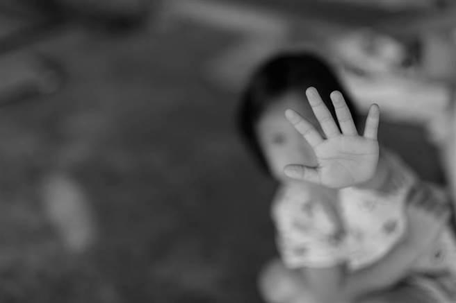 嘉義縣一名60多歲老翁帶遠親念小二的女兒到娃娃機店內遊玩,竟刻意將女童帶到角落隱蔽處,將手伸入女童短褲內,以手指來回撫摸女童下體。(示意圖/shutterstock)