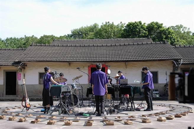 落差草原WWWW在台灣三合院拍攝影片。「子皿」提供