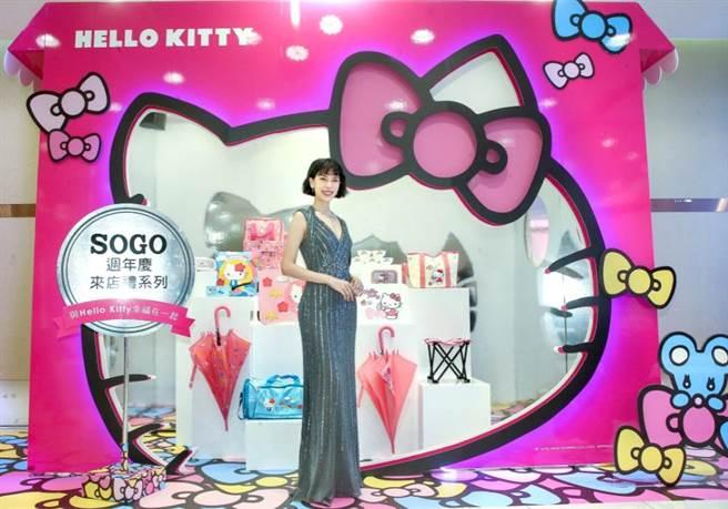 伊林名模王思偉穿黃淑琦銀色長禮服、戴Hearts On Fire珠寶,站在SOGO獨家Hello Kitty來店禮前少女心噴發。(粘耿豪攝)