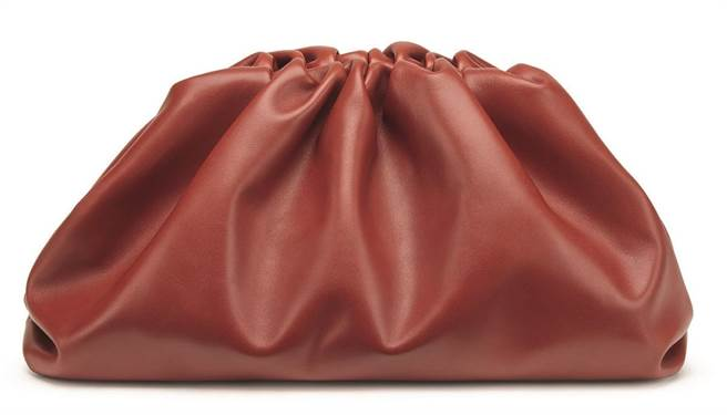 SOGO復興館獨家BOTTEGA VENETA THE POUCH鐵鏽紅小牛皮拿包,價格店洽。(SOGO提供)