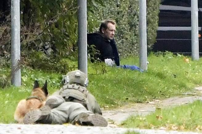 丹麥發明家與冷血殺人犯馬德森,逃獄後被警方逮捕,前方的特警似乎拿著槍瞄準他。(圖/美聯社)