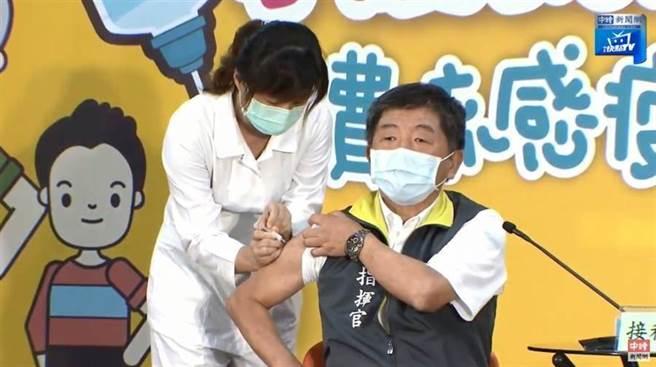 衛福部長陳時中在第一天就接種流感疫苗。(翻攝自中時新聞網Youtube)