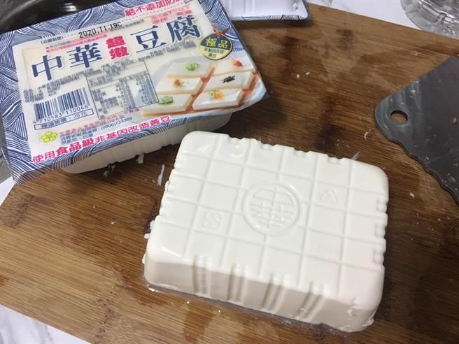 網友示範如何將豆腐完美倒出盒子外。(圖擷自「我愛全聯-好物老實説」)
