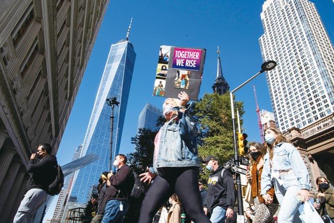 紐約市飽受新冠肺炎疫情的衝擊,以飯店和商店做為擔保品所發行的債券價格連連下跌,銀行新承做的貸款放緩,銀行與房地產業者首當其衝。圖/路透