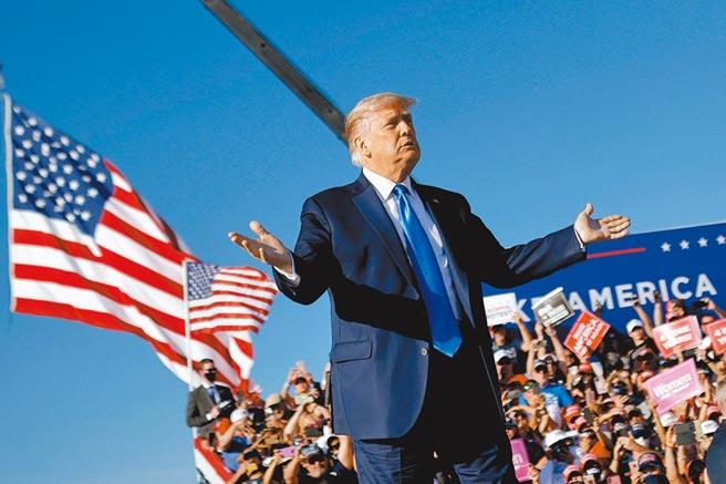 美國大選進入最後關頭,川普民調持續落後拜登。英國媒體認為,就算川普敗選,美國也回不去了。 (路透)
