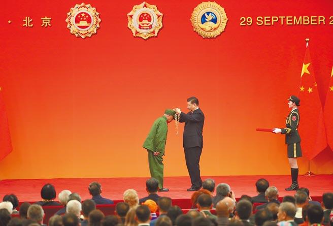 9月29日,大陸國家主席習近平(右)向李延年頒授共和國勛章。(中新社)