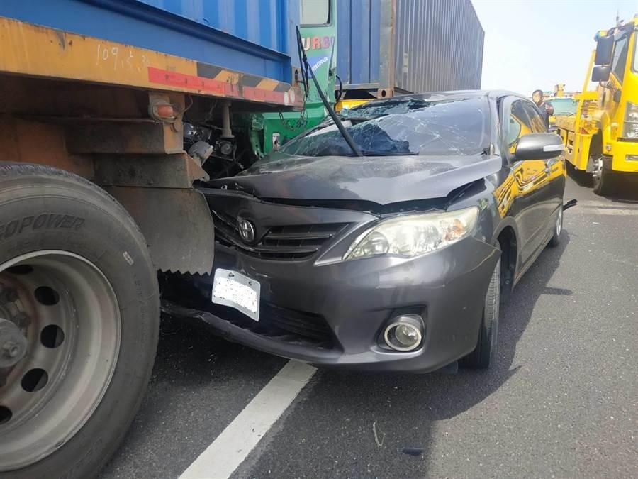 國1南向364.6公里處發生車禍,因為煞車不及,導致追撞,圖為撞毀的轎車。(翻攝照片/林瑞益高雄傳真)