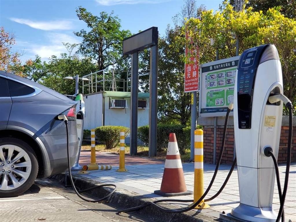高速公路休息站增設電動車快速充電站!湖口、東山、清水等四服務區被點名,明年一月開標