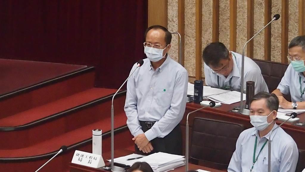 高巿府捷運局長吳義隆21日在議會答詢。(曹明正攝)