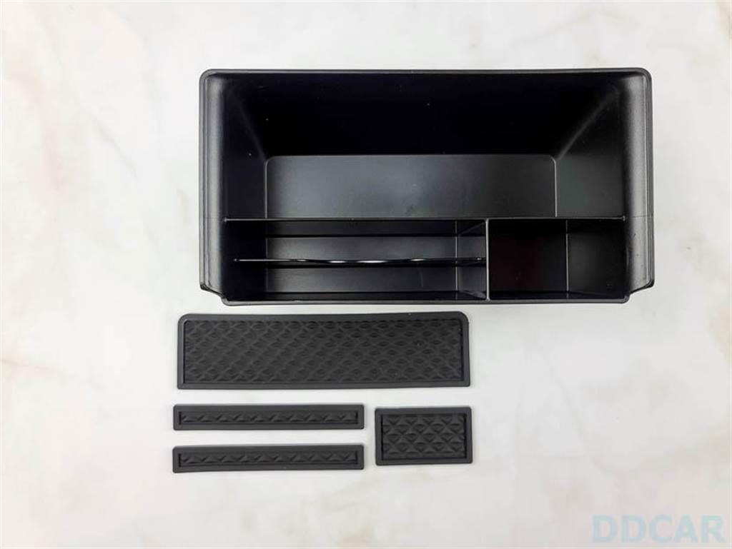 190元一個的 Model 3 專用中控置物盒,四格區域、有四片消除異音的橡膠底墊,記得放上去。
