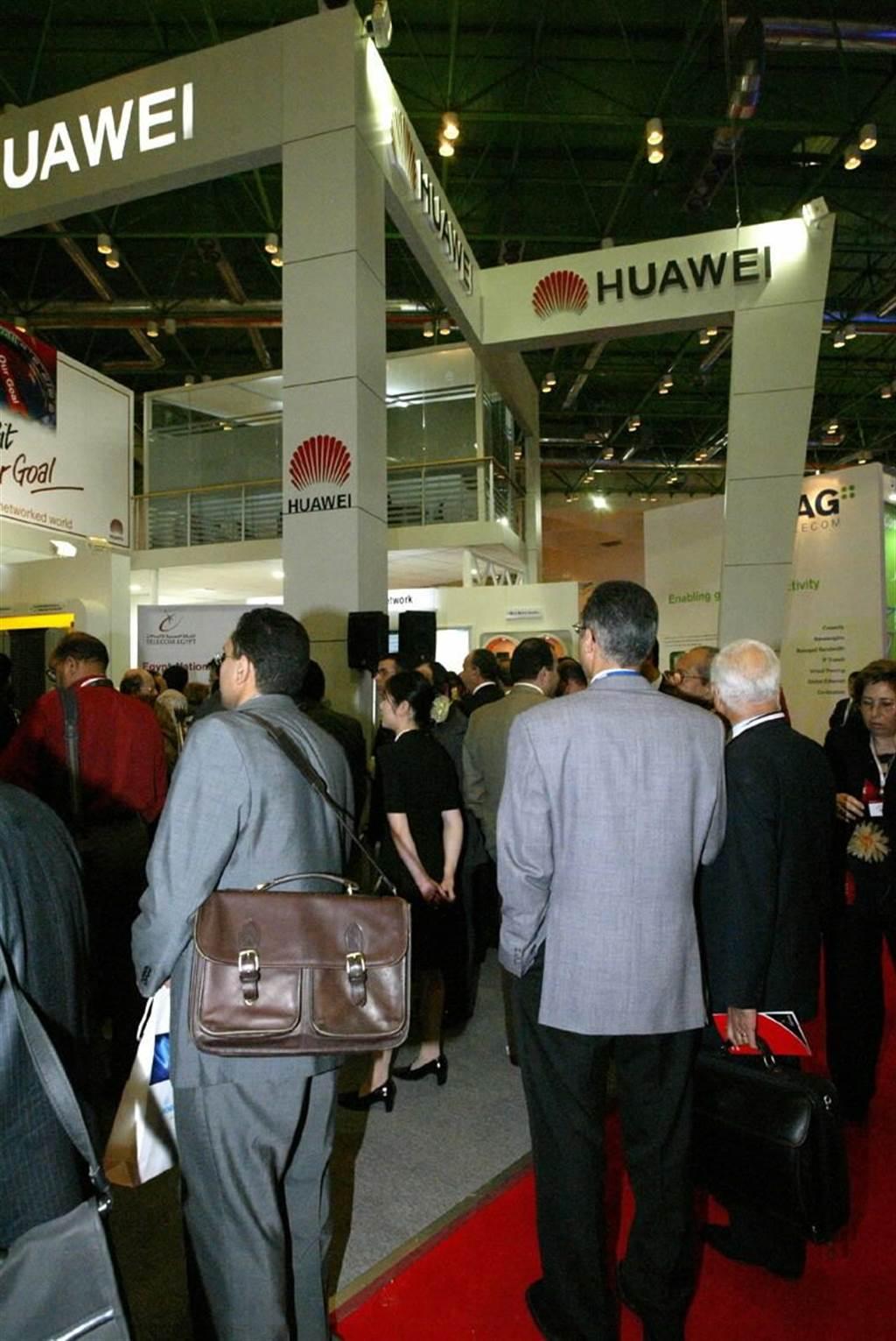2004年,在埃及首都開羅舉行的國際電信聯盟「2004非洲電信展覽」上,來賓在觀看華為技術有限公司展位。(新華社)