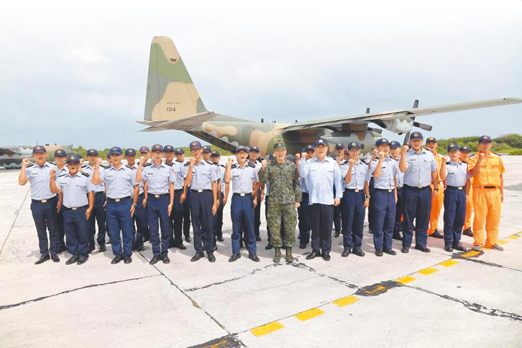 立榮航空包機上周飛往東沙群島受阻,國防部副參謀總長李廷盛中將20日偕同海巡署官員,搭乘空軍C-130運輸機前往東沙視察防務,對官兵發揮聯合作戰精神,表達肯定與嘉許。(軍聞社)