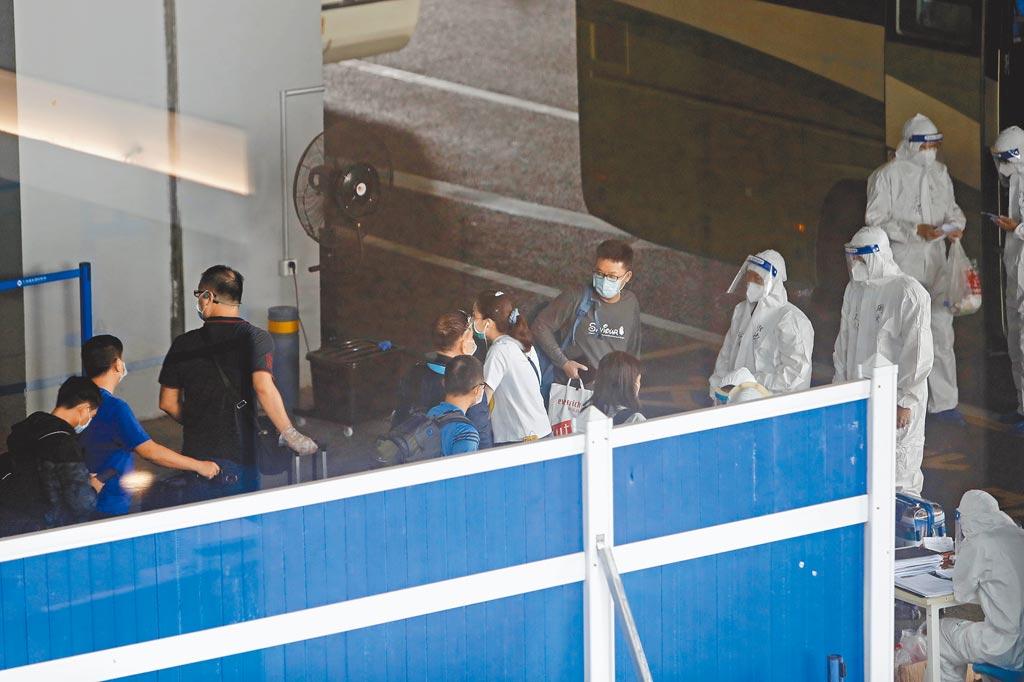 台商盼縮短隔離期,圖為8月10日,入境旅客在上海浦東機場T2航站樓臨時專用隔離區域內。(中新社)