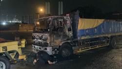 離奇車禍 大貨車暗夜追撞無人機車燒成廢鐵