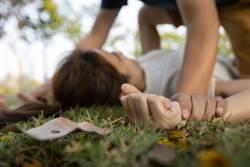 金髮護士慢跑慘遭先姦後殺 男子開車撞倒扛荒地硬上