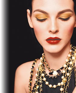 香奈兒耶誕妝容金亮眼 品牌經典鏈帶圖騰為設計