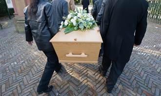 19歲男過世喪葬費少3千 業者「抬棺走人」屍體扔地板