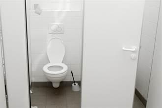 全裸男反鎖台東體育場女廁 連天花板都掀開竟找不到人