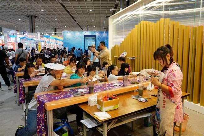 「2020ITF台北國際旅展」增設「互動體驗區」,觀光工廠DIY、似顏繪、偽出國拍照打卡及,以及空中廚房體驗應有盡有。(圖/台灣觀光協會)