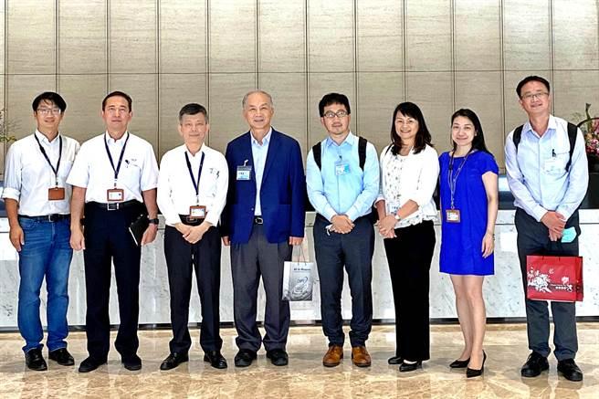 精測宣布與桓達簽訂策略合作意向書,攜手推動AI智慧環保解決方案,由精測總經理黃水可(左3)、桓達總經理吳定國(左4)代表簽約。(精測提供)