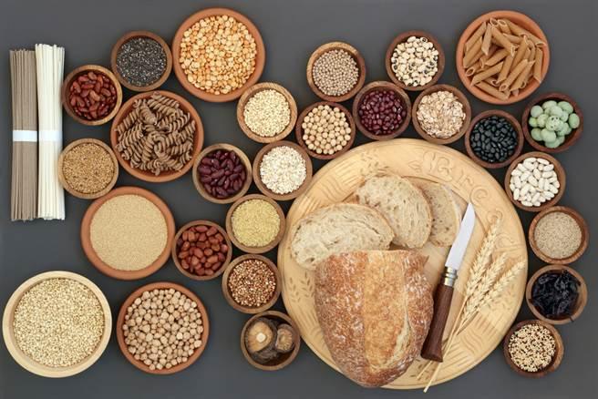 台灣天氣較濕,購買五穀雜糧後要注意儲存方式,若不小心出錯,恐導致變質、黴菌滋生,長期低劑量食用,恐會傷肝致腎病。(示意圖/Shutterstock)