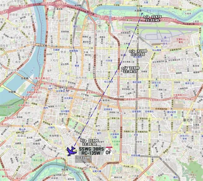 「東京雷達」(Tokyo Radar)上午貼出同樣訊息指出,一架美軍RC-135W電偵機,疑似31500呎的高度,短暫飛越台北市上空。(翻攝自Tokyo Radar 推特)