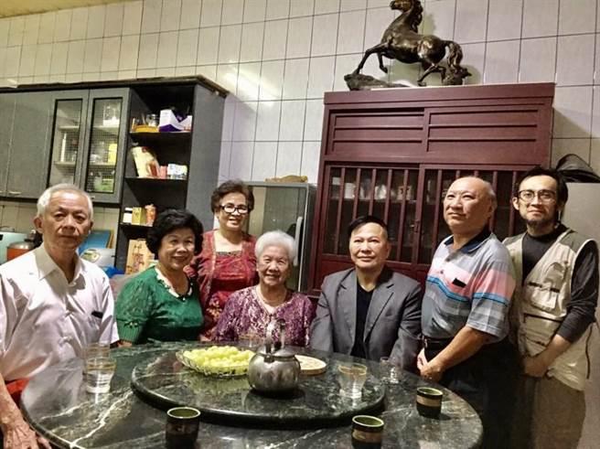 鄭越才與2位高齡80歲以上的姑姑,以及其他親友相見歡(鄭越才提供/黃立杰南投傳真)