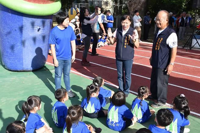頭份市長羅雪珠到場慶賀信德國小新建運動場啟用。(謝明俊攝)