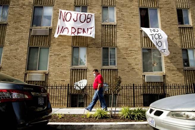 新冠肺炎重創美國經濟,美國人失業創紀錄,房客付不出房租,數百萬租客面臨被房東下達驅逐令(eviction)、掃地出門的命運。(資料照/美聯社)