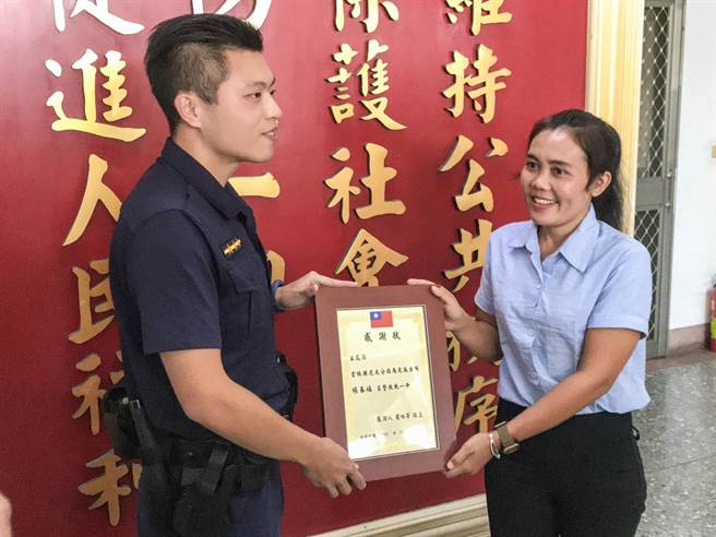 事後蘿女特地回到派出所,感謝當時救他一命的值班員警楊春福。(周書聖攝)